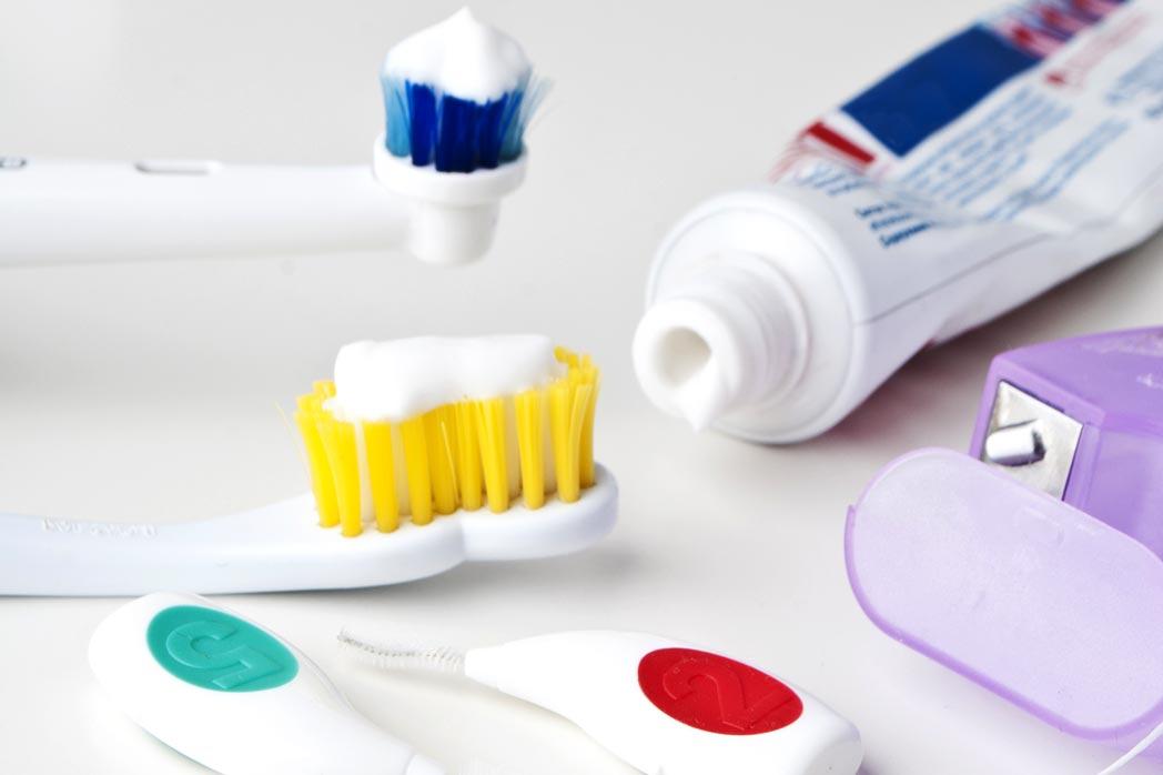 Reinigung der Zähne bei innenliegender Zahnspange (Lingualtechnik)